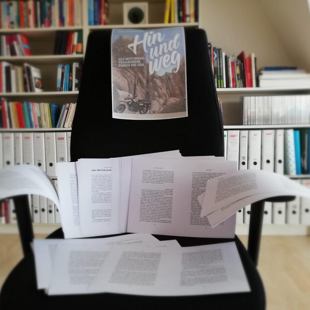 Manuskriptseiten auf Stuhl