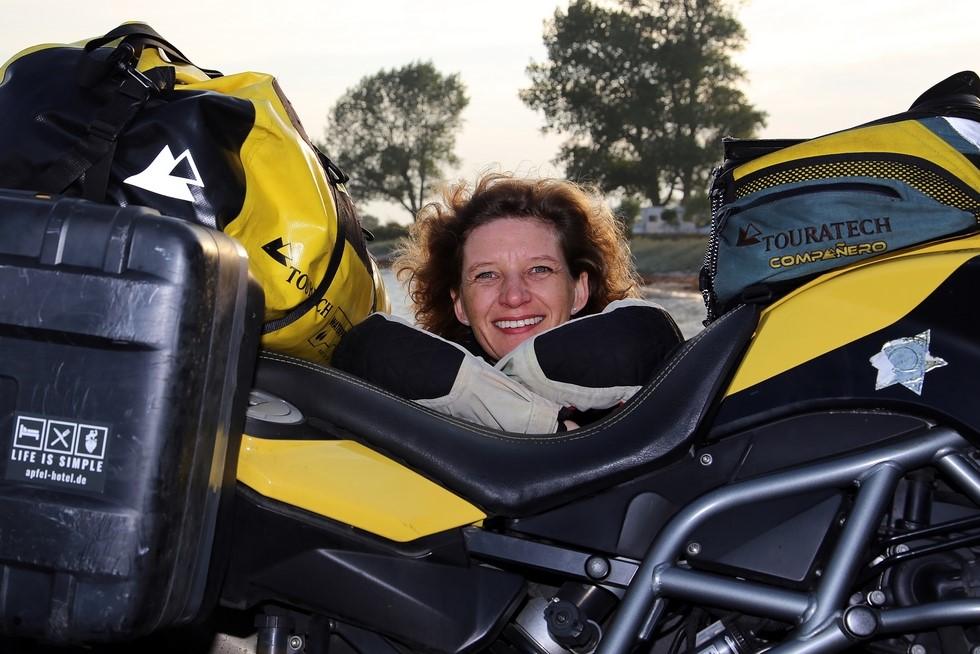 Eva mit Motorrad